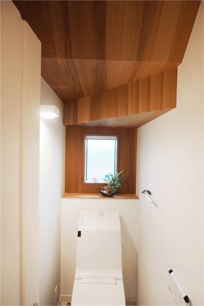 トイレ天井の羽目板